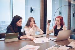Gruppe Geschäftsfrauen, die in einem Konferenzzimmer mit leerem Störungsbesuch sich treffen lizenzfreie stockfotografie