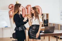 Gruppe Geschäftsfrauen, die Partei im Büro haben Weihnachten, Christmass, neues Jahr stockbilder