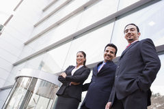 Gruppe Geschäftsleute außerhalb des Bürohauses Lizenzfreies Stockfoto