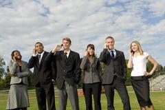 Gruppe Geschäftsleute auf ihren Mobiltelefonen Stockfotos