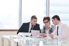 Gruppe Geschäftsleute bei der Sitzung lizenzfreie stockfotografie