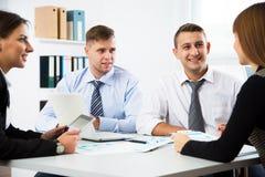 Gruppe Geschäftsleute bei einer Sitzung um eine Tabelle lizenzfreies stockfoto