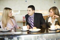 Gruppe Geschäftsleute an der Kaffeepause Lizenzfreie Stockfotos