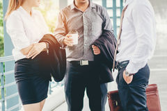 Gruppe Geschäftsleute, die in äußerem Bürogebäude afte sprechen stockfotos