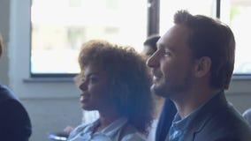 Gruppe Geschäftsleute, die auf Darstellung auf Seminar, Sitzung des Mischungs-Rennwirtschaftler-Teams hören stock footage