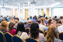 Gruppe Geschäftsleute, die auf der Konferenz hören eine Frauengruppe im Vordergrund Horizontales Bild Lizenzfreie Stockfotografie