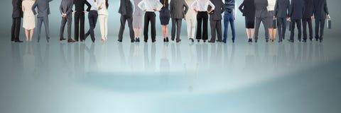 Gruppe Geschäftsleute, die auf reflektierender Oberfläche stehen Lizenzfreies Stockbild