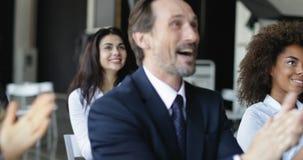 Gruppe Geschäftsleute, die bei der Konferenz-Sitzung, Seminar-Zuhörer grüßen Sprecher-klatschende Hände im Büro applaudieren stock footage