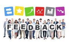 Gruppe Geschäftsleute, die das Wort-Feedback halten Stockbild