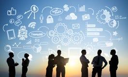 Gruppe Geschäftsleute, die draußen arbeiten Lizenzfreies Stockfoto
