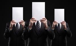 Gruppe Geschäftsleute, die ein Leerzeichen anhalten, kennzeichnet Stockfoto