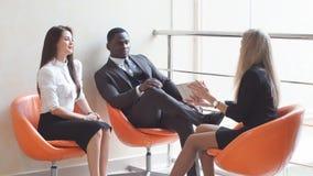 Gruppe Geschäftsleute, die eine Sitzung in einer informellen Einstellung haben stock footage