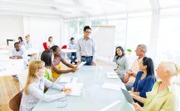 Gruppe Geschäftsleute, die eine Sitzung in ihrem Büro haben lizenzfreie stockbilder