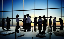 Gruppe Geschäftsleute, die in einem Konferenzsaal sich besprechen Lizenzfreie Stockbilder