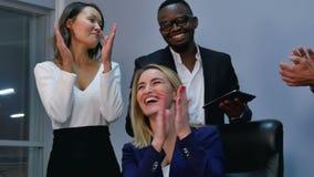 Gruppe Geschäftsleute, die einen Applaus in der Sitzung geben stock footage