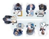 Gruppe Geschäftsleute, die Foto und Illustration treffen Lizenzfreies Stockfoto