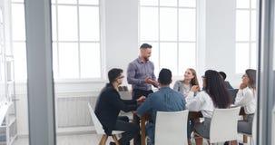 Gruppe Geschäftsleute, die Geistesblitzsitzung haben stockfoto