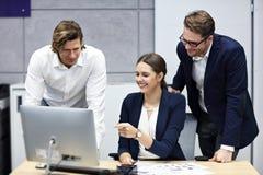 Gruppe Geschäftsleute, die ihre Ideen gedanklich lösen stockfotos
