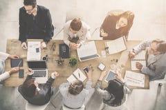 Gruppe Geschäftsleute, die im Büro arbeiten lizenzfreie stockbilder