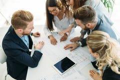 Gruppe Geschäftsleute, die im Büro zusammenarbeiten stockfotos