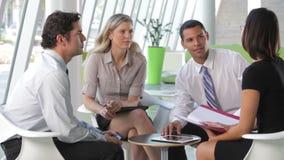 Gruppe Geschäftsleute, die informelle Sitzung haben stock video