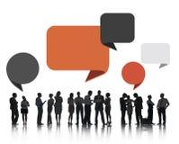 Gruppe Geschäftsleute, die mit Sprache-Blasen sich besprechen Lizenzfreies Stockfoto