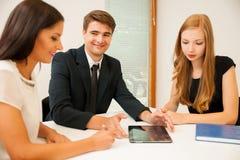 Gruppe Geschäftsleute, die nach Lösung mit brainstormi suchen Stockbild