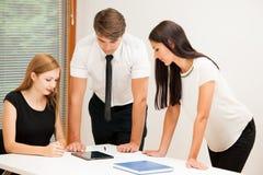 Gruppe Geschäftsleute, die nach Lösung mit brainstormi suchen Stockbilder