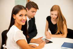 Gruppe Geschäftsleute, die nach Lösung mit brainstormi suchen Stockfoto