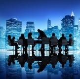 Gruppe Geschäftsleute, die nachts sich treffen Lizenzfreie Stockfotos