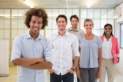 Gruppe Geschäftsleute, die nett sind und an der Kamera lächeln Stockbild