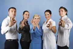 Gruppe Geschäftsleute, die okayzeichen zeigen Stockfoto