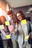 Gruppe Geschäftsleute, die an Projekt zusammenarbeiten und arbeiten stockfotos