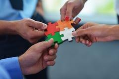 Gruppe Geschäftsleute, die Puzzlen zusammenbauen Lizenzfreies Stockfoto