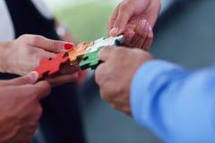 Gruppe Geschäftsleute, die Puzzlen zusammenbauen Stockbild