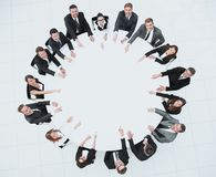 Gruppe Geschäftsleute, die am Rundtisch sitzen Das Geschäftskonzept lizenzfreie stockfotografie
