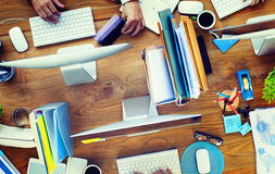 Gruppe Geschäftsleute, die Schreibtisch-Konzept Arbeits sind stockbilder