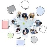 Gruppe Geschäftsleute, die Sprache-Blasen treffen Stockbilder