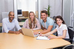 Gruppe Geschäftsleute, die Tablet-Computer und Laptop verwenden lizenzfreies stockbild