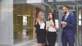Gruppe Geschäftsleute, die Tablet-Computer während einer Sitzung verwenden lizenzfreies stockfoto
