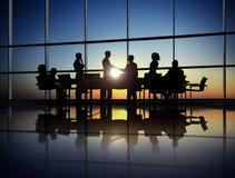 Gruppe Geschäftsleute, die Vertrag im Büro schließen stockbilder