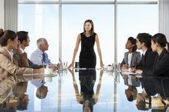 Gruppe Geschäftsleute, die Vorstandssitzung um Glastisch haben stockbild