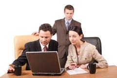 Gruppe Geschäftsleute, die zusammen mit Laptop im Büro - horizontal, getrennt arbeiten Stockfotografie