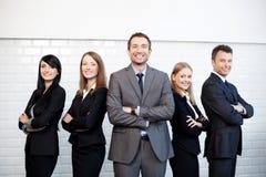 Gruppe Geschäftsleute, die zusammen stehen Stockfotos