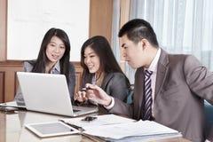 Gruppe Geschäftsleute, die zusammenarbeiten Stockbild