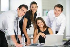 Gruppe Geschäftsleute im Büro Lizenzfreie Stockfotos