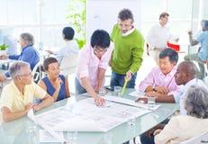 Gruppe Geschäftsleute im Büro Lizenzfreies Stockbild