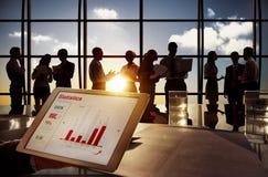 Gruppe Geschäftsleute im Bürogebäude Stockbilder