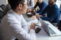 Gruppe Geschäftsleute im modernen Konferenzsaal Arbeitsergebnisse besprechen lizenzfreie stockfotos