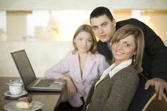 Gruppe Geschäftsleute am Tisch lizenzfreies stockbild